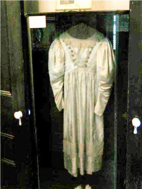 Foto: Prokleté svatební šaty: Nemůže se s nimi jejich majitelka rozloučit?