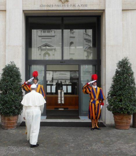 Foto: Jeden den s papežem:  Croissant v hotelové kavárně a touha být neviditelný