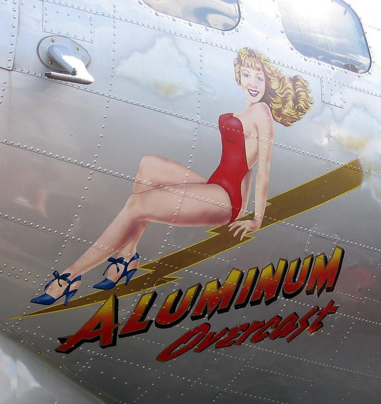 Krásné ženy se za války ocitají i na místech, kde by to nikdo nečekal. Tahle zdobí letoun B-17.