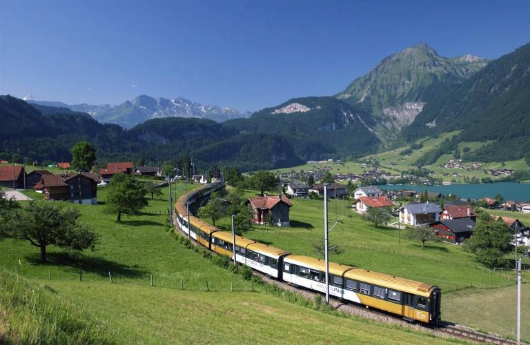 """BrŸnig Goldenpass Panoramic Express zwischen Brienz, Meiringen und Luzern 27.06.2002    Zt. nicht reines """"Goldenpass-Rollamterial"""" ! - Retouche"""