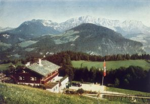 circa 1940:  Adolf Hitler's mountain retreat at Obersalzberg, above Berchtesgaden in Bavaria. This chalet or 'Berghof' was destroyed in 1953, lest it become a shrine to Hitler.  Original Publication: From 'Germany Awakes' by Heinrich Hoffmann.  (Photo by Heinrich Hoffmann/Hulton Archive/Getty Images) Auf dem Obersalzberg in Berchtesgaden stand bis es 1952 endgültig abgerissen wurde, Haus Wachenfeld, besser bekannt als Adolf Hitlers Berghof, hier um 1940.