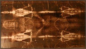1 -  Relikvie, o níž se zejména v katolické církvi traduje, že je plátnem, do nějž krátce po ukřižování bylo zahaleno tělo Ježíše Krista