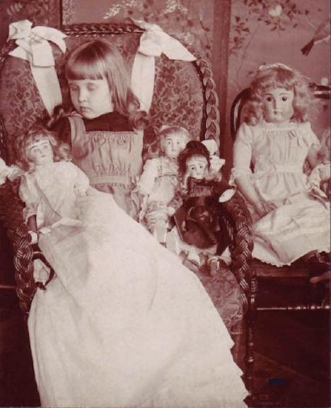 Nemohou chybět ani oblíbené panenky zemřelého děvčátka.