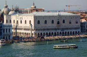 1024px-Venise_-_Palais_des_Doges_vu_du_Giudecca