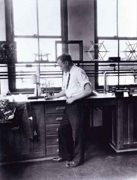 Americký vědec William Hale Charch experimentuje v laboratoři a zajistí, že fólie z celofánu nezvlhne.