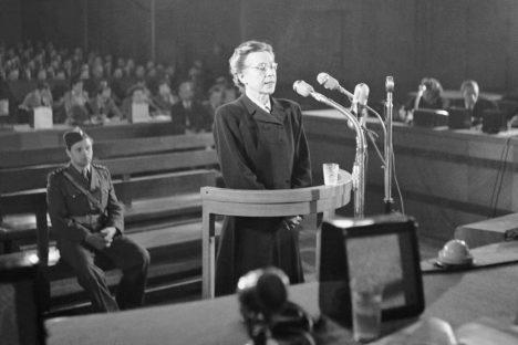 Milada Horáková před komunistickým soudním tribunálem.