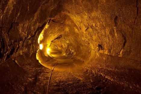Foto: Pod povrchem měsíce se skrývají rozsáhlé tunely!