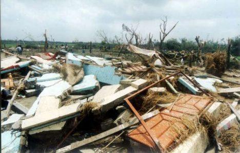 Foto: Smrtící tornádo v Daulatpuru: 1300 mrtvých a 12 000 zraněných!