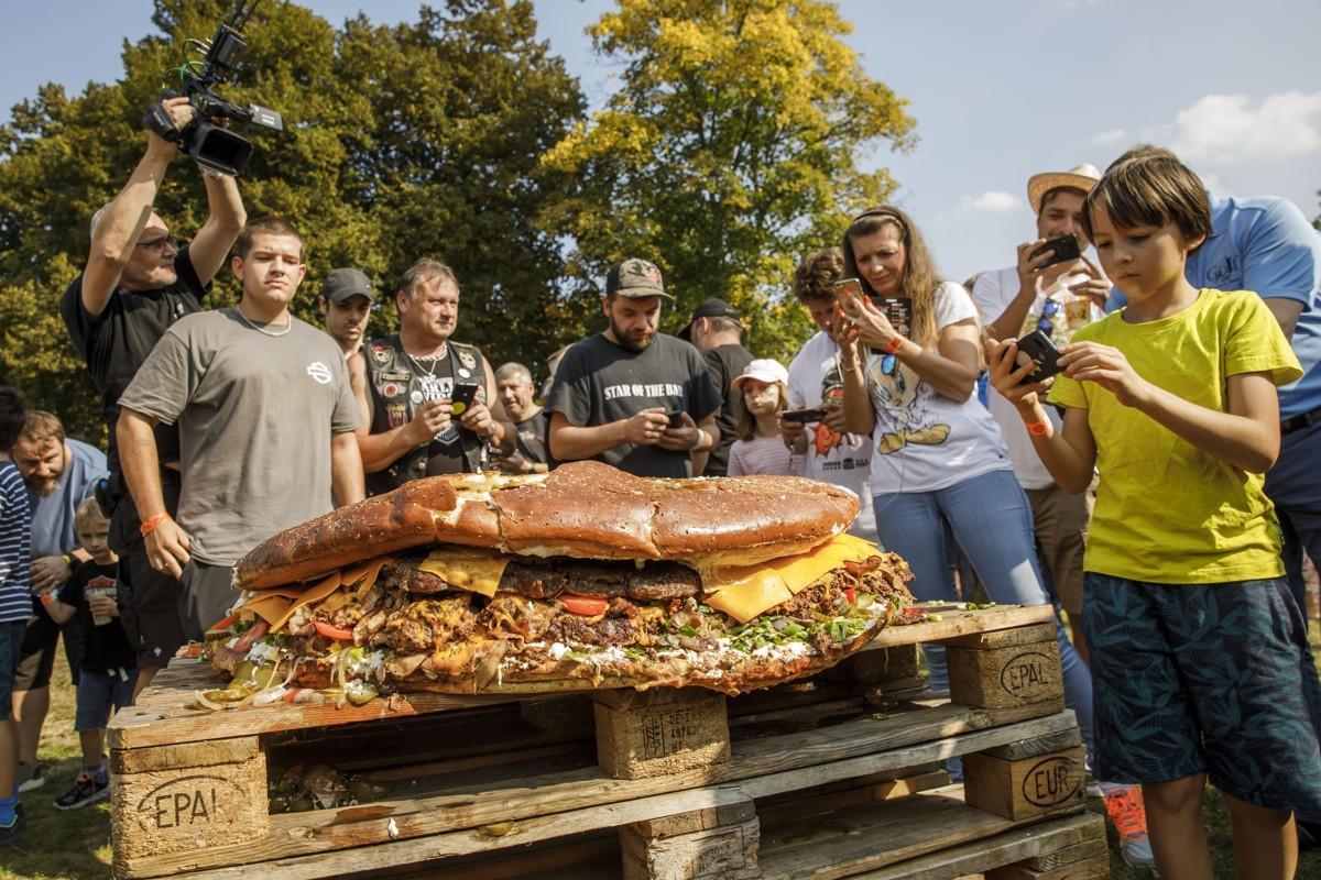 Nová rekord: Největší burger Česka