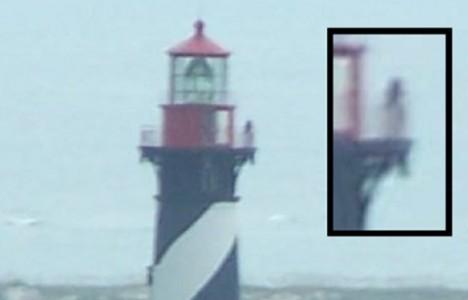 Je postava procházející se ve věži majáku duchem utopené dívky?