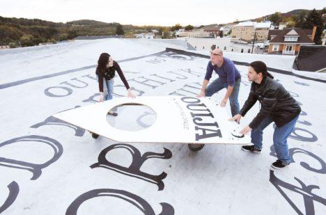 Foto: Hotel má unikát: Největší Ouija tabulku na světě!