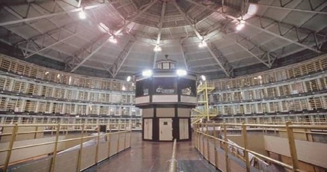 Vězně nepřetržitě sledují videokamery a odstřelovači.