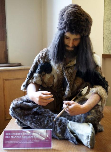 Replika oblečení pravěkého muže Őtziho včetně obuvi dokazuje, že zima rozhodně nebyla.
