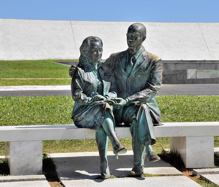 703px-Brasília_Kubitschek_and_wife_sculpture_2009