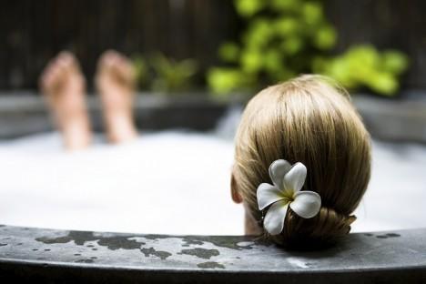 Hodiny strávené ve vaně vyměňte za chladivou sprchu, která prospěje i vašim cévám.