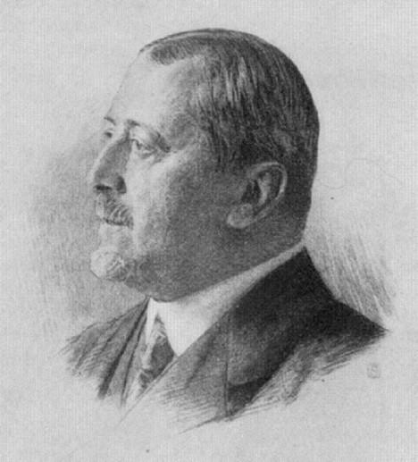 Dvorní rada Joseph von Karabacek nejdřív Musilovi vůbec nevěří. Myslí si, že si své objevy vymyslel.