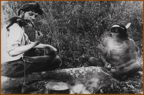 Vydávat se na území domorodců je přísně zakázáno. Fotografie z jejich vesnic jsou proto často velmi staré.