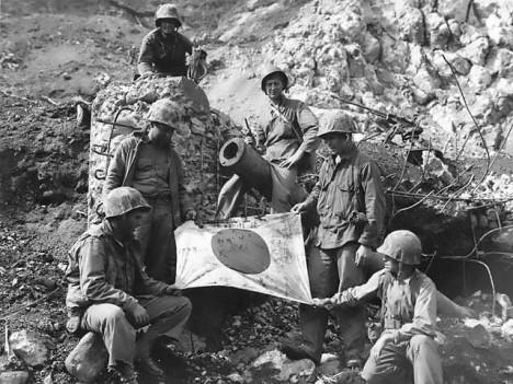 Američané pózují s ukořistěnou japonskou vlajkou.