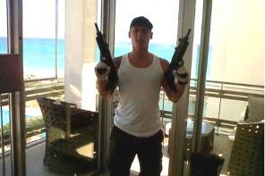 Andrew Moran velice rád pózuje se zbraněmi v ruce.