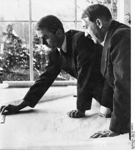 Architekt Albert Speer naslouchá vizím vůdce Adolfa Hitlera o nové Germanii.