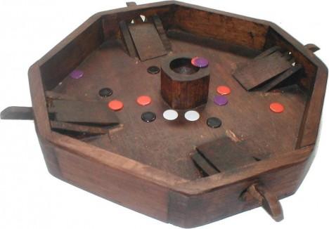 Blechy, nebo v anglosaské světě hra zvaná tiddlywinks. Cílem je poslat kotouček do nádobky.