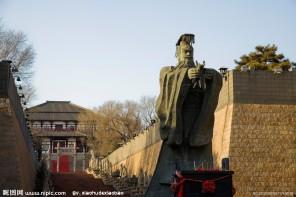 Císař Čchin Š'-chuang-ti je také pořádný tyran. Za své vlády nechá např. zazdít stovky konfuciánských učenců