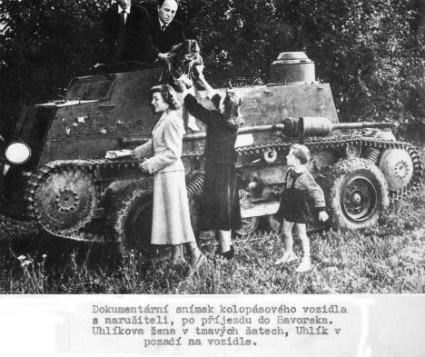 Celá rodina Uhlíkova úspěšně mizí za kopečky v upraveném tanku.