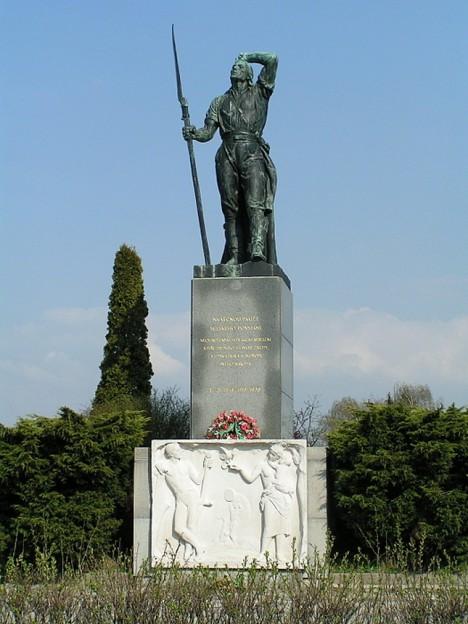 Památník selských bouøí 1775 v Chlumci nad Cidlinou (akad. sochaø Jakub Obrovský)