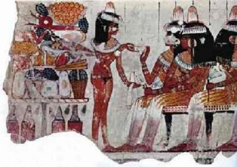 Egyptská kuchyně dává poskytuje bohatý výběr potravin. Jídlo Egypťané s oblibou zapíjejí pivem.
