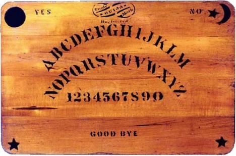 """Ouija patří mezi nejprodávanější """"stolní hry"""" na světě. Jenže skutečně jde jen o nevinnou hru?"""