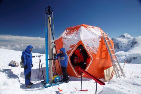 Led vhodný k hlubokým vrtům lze nalézt v Antarktidě a v Grónsku, protože právě tam je nejhlubší a nejstarší.