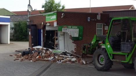 Zloději často bankomat prostě vyrvou ze zdi pomocí lan a dodávky, peníze z něj ale dokáží získat daleko méně násilně. Pomocí elektronických úprav.