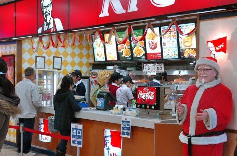 Vánoce v Japonsku jsou dnem jako každý jiný. Štědrý den dokonce ani není národním svátkem. Místní si ipřesto vánoční svátky oblíbili autvořili vlastní tradice. Tou nejbizarnější je zcela jistě návštěvaKFC. Rodiny do fastfoodového řetězce vyráží pro speciální vánoční kyblík, který je typický pro jejich štědrovečerní tabuli. Smažené kuře je tu na Vánoce tak populární, že si ho musíte objednávat iněkolik týdnů předem.