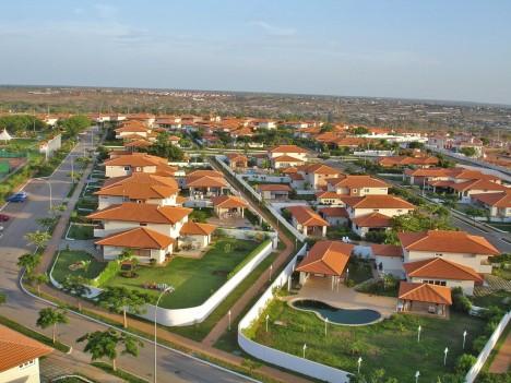 Ti, kteří patří k bohaté menšině, si mohou dovolit zaplatit doslova astronomické nájmy či si rovnou pořídit dům s bazénem.