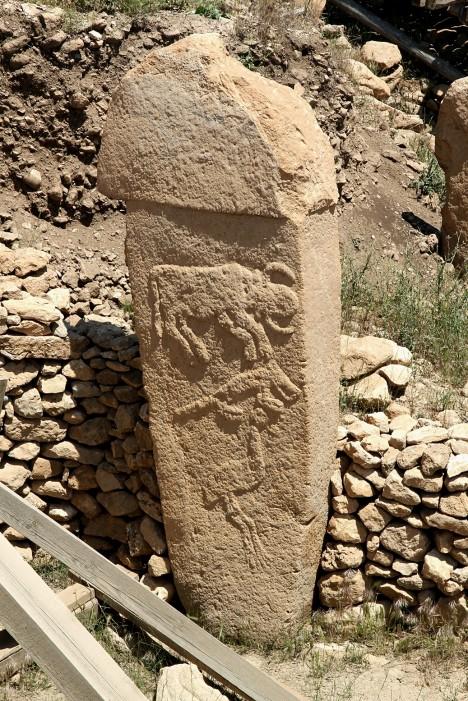 Na obvodových zdech kamenných kruhů jsou pak do kamene vytesány obrazy nejrůznějších zvířat a hlav býků. Všechno nasvědčuje tomu, že jde o svatyni.