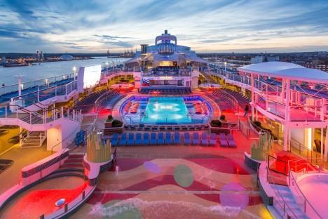 Na palubách naleznete bazény s umělým vlnobitím či třeba surfařský simulátor.
