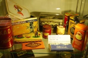 Historické obaly českých čokolád z Muzea čokolády v Táboře. Po roce 1940 je seženete jedině na černém trhu.