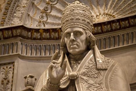 Korunovaci provede papež Pius VII. Podle některých zdrojů mu však Bonaparte vytrhl korunu z rukou a obřad dokončil sám.