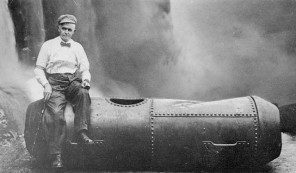 Leach je prvním mužem a druhým člověkem, jemuž se podaří sjet Niagaru v sudu. Předběhla ho pouze Američanka Annie Taylor