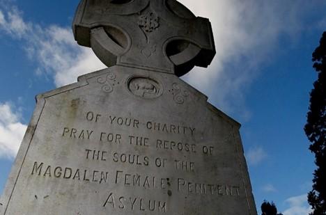 V Dublinu mají oběti týrání v Magdaleniných prádelen svůj pomník.