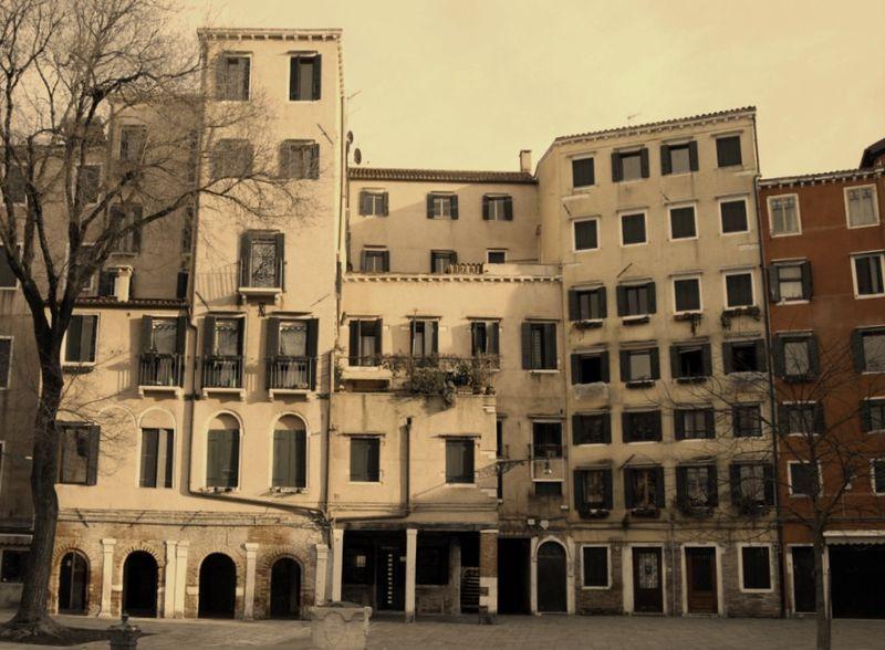 Některé domy mají až sedm podlaží. Místnosti se kdysi dělily i vestavěnímnových stropů. Podmínky bydlení byly hlavně v 17. století otřesné.