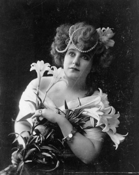 Na počátku 20. století ještě ženy své půvaby decentně skrývají.