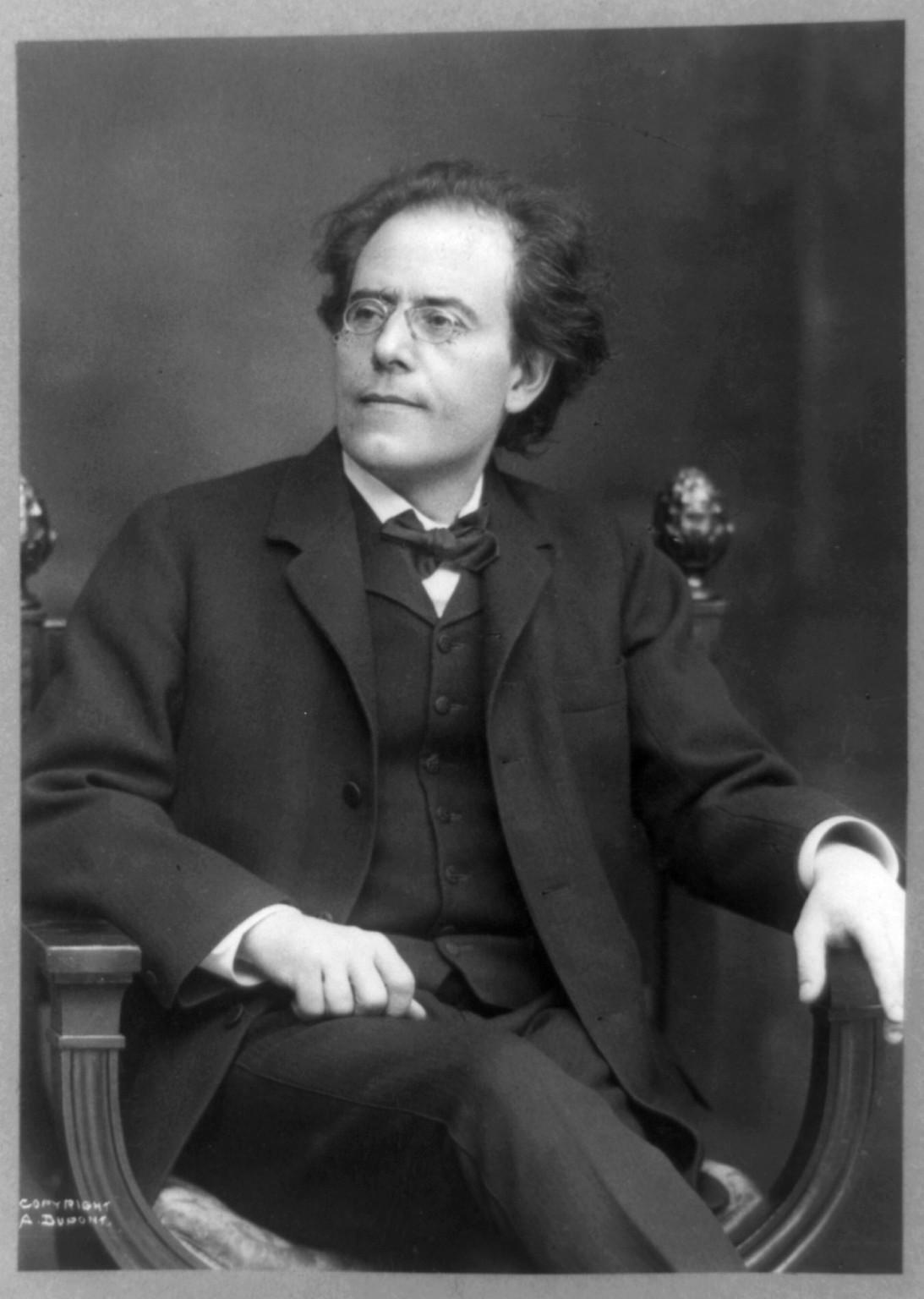Na startu nadějné hudební kariéry se rozhodne Mahler Jihlavu opustit. Příliš mu připomíná otce.