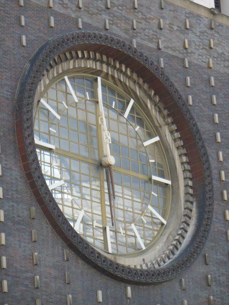 Na věži kostela Nejsvětějšího Srdce Páně na pražských Vinohradech se nacházejí největší hodiny v České republice.