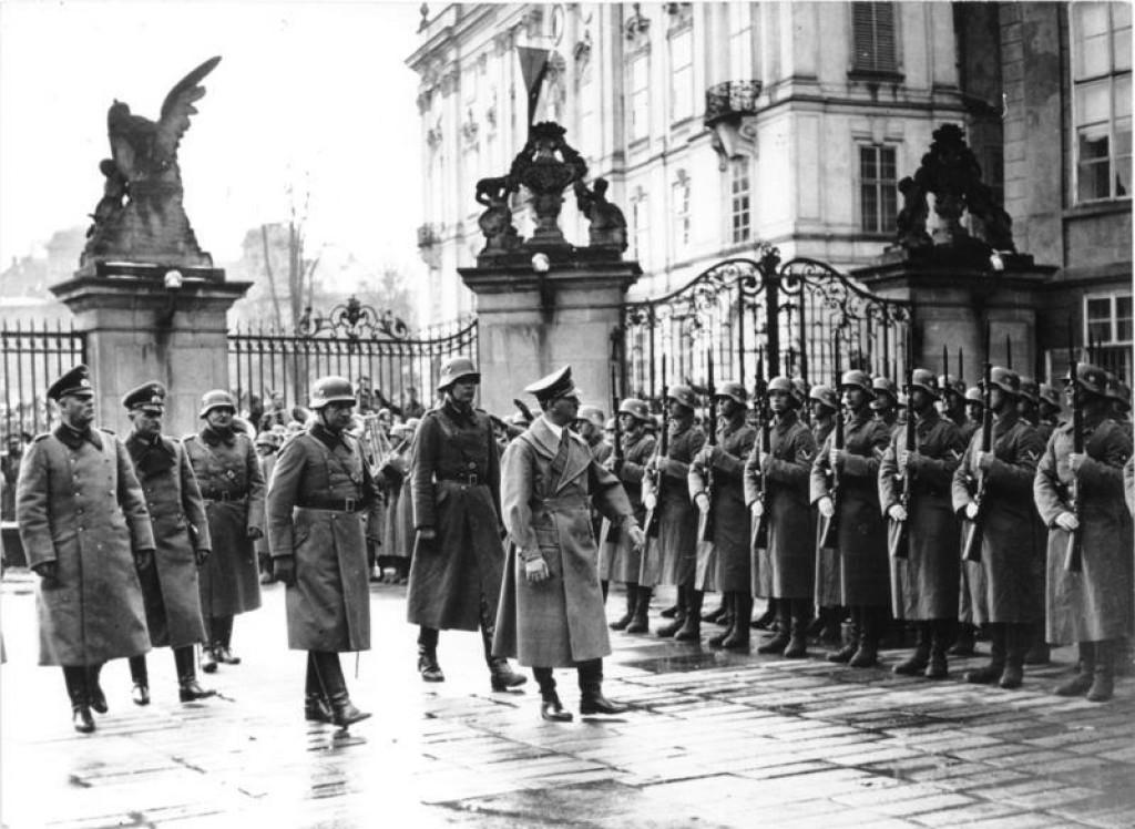 Nacistický vůdce Hitler v sídle československých prezidentů. Jeho doprovod mu den předtím snědl večeři.