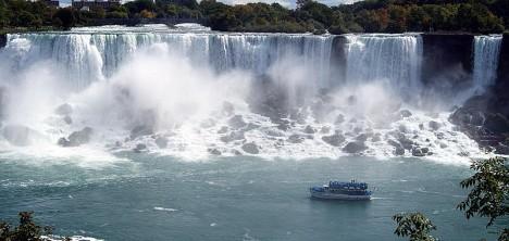 Niagarské vodopády najdeme na hranicích mezi Spojenými státy a Kanadou. Pád z nich je dlouhý celých 51 metrů.