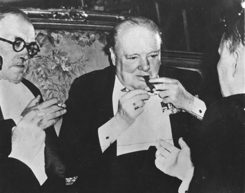 Předseda britské vlády Winston Churchill nikdy nevyndal z úst oblíbený doutník.