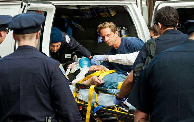 Při převozu Angela Heddingtona do nemocnice dojde k překvapení. Je to žena s falešným penisem.