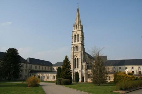 Původní kaple ve francouzské La Trappě se nakonec rozroste v ohromný klášter.
