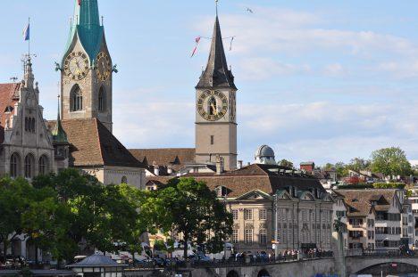 Podle hodin na kostele svatého Petra (uprostřed) se řídily všechny ciferníky v Curychu.